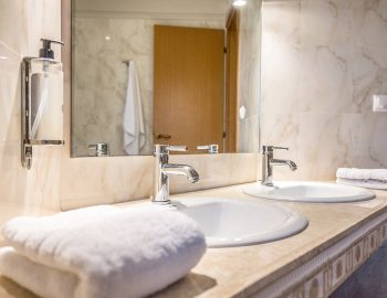 villa-agios-ioannis-lefkada-greece-accommodation-twin-basin-bathroom.jpg