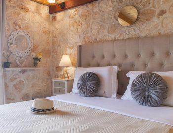 villa-alexandros-tsoukalades-lefkada-greece-bedroom-with-wooden-beam-ceiling