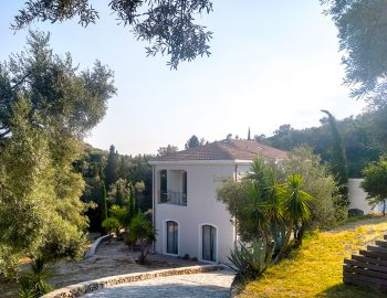 villa-amadeus-poros-lefkada-greece-driveway-entrance