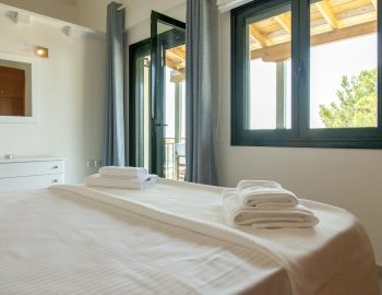 villa-endless-blue-kalamitsi-lefkada-greece-bedroom-with-sea-views