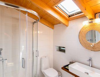 villa-loulou-nikiana-lefkada-bathroom-toilet-shower
