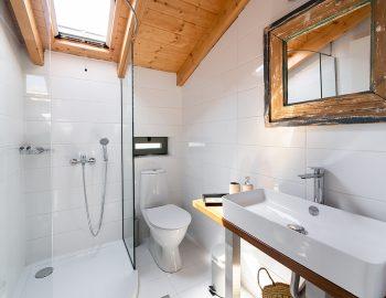 villa-loulou-nikiana-lefkada-bathroom-toilet-shower-white -ensuited