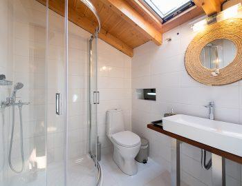 villa-loulou-nikiana-lefkada-bathroom-toilet-shower-white