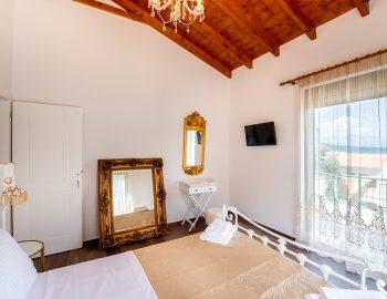 villa-loulou-nikiana-lefkada-bedroom-double-bed-balcony