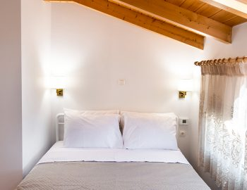 villa-loulou-nikiana-lefkada-bedroom-double-beds