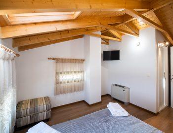 villa-loulou-nikiana-lefkada-episkopos-bedroom-double-bed