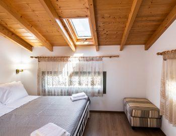 villa-loulou-nikiana-lefkada-episkopos-double-bed-bedroom