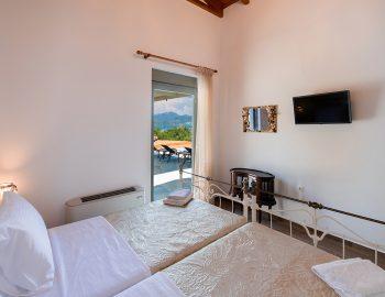villa-loulou-nikiana-lefkada-twin-bedroom-balcony-