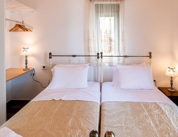 villa-loulou-nikiana-lefkada-twin-bedroom