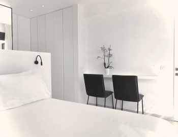 villa-mouria-paleros-greece-bedroom-luxury-seating-area