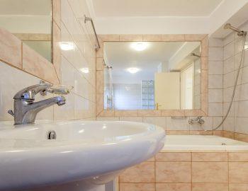 villa-poseidon-nikiana-lefkada-lefkas-greece-lower-ground-family-bathroom-with-bathtub.jpg