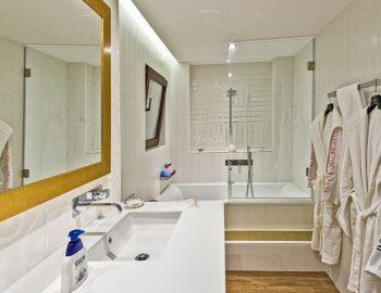 villa-sapphire-karvouno-beach-sivota-epirus-greece-family-bathroom
