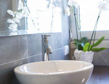 villa-w-offwhite-vasiliki-lefkada-greece-bathroom-toilet-mirror