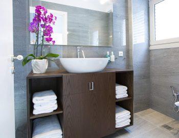 villa-w-offwhite-vasiliki-lefkada-greece-bathroom-toilet-sink-towels