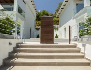villa-w-offwhite-vasiliki-lefkada-greece-front-entrance-properties