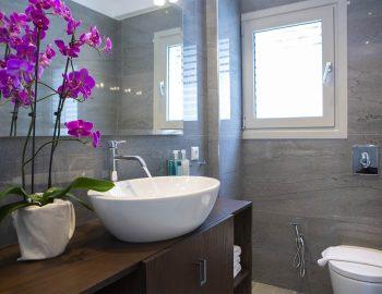 villa-w-offwhite-vasiliki-lefkada-greece-toilet-bathrom-towels